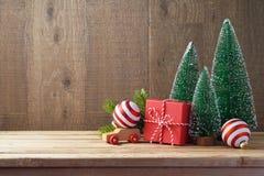 Julbakgrund med den gåvaaskar och prydnaden på trätabl royaltyfri fotografi