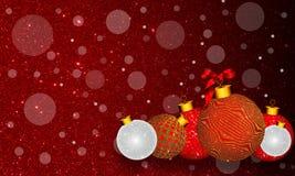 Julbakgrund med den guld- och silverprydnaden och band på färgrik röd bakgrund royaltyfri foto