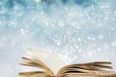 Julbakgrund med den magiska boken royaltyfri fotografi