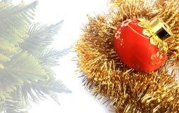 Julbakgrund med den röda och gula prydnaden på en vit texturerad bakgrund royaltyfri foto