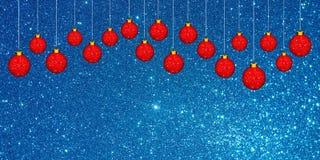 Julbakgrund med den röda prydnaden på en blått blänker bakgrund fotografering för bildbyråer