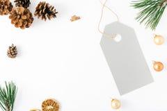 Julbakgrund med den stora prislappen, garneringar på vita lodisar Arkivbild