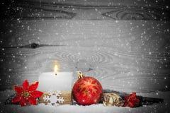 Julbakgrund med den vita adventstearinljuset Arkivfoto