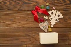 Julbakgrund med en ask, sötsaker och leksaker Fotografering för Bildbyråer