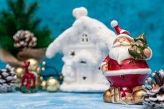 Julbakgrund med en festlig garnering, vitt hus Frost med julgranen ekologiskt trä för julgarneringar invitation new year arkivfoton