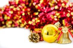 Julbakgrund med en guld- prydnad Arkivbilder