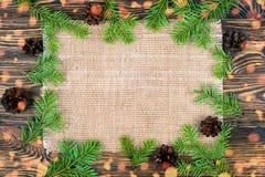 Julbakgrund med en linnetorkduk och en julgranbranc Royaltyfri Bild