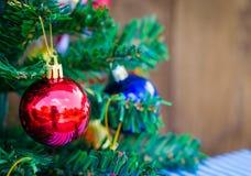 Julbakgrund med en röd prydnad Arkivfoto