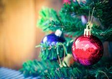 Julbakgrund med en röd prydnad Royaltyfri Foto