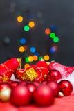 Julbakgrund med en röd prydnad, en guld- gåvaask och en fi Royaltyfri Foto