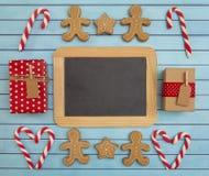 Julbakgrund med en tom svart tavla för att tillfoga text royaltyfri foto