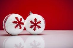 Julbakgrund med en vit prydnad Arkivbilder