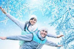 Julbakgrund med förälskade par Arkivfoton