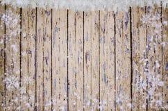 Julbakgrund med fallande snö över träbakgrund Arkivfoton