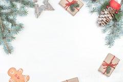Julbakgrund med feriegarneringbeståndsdelar, gåvor royaltyfria bilder