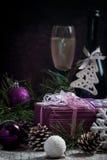Julbakgrund med festlig garnering Arkivfoton