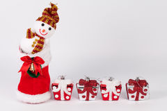 Julbakgrund med gåvaaskar över det vita brädet Fotografering för Bildbyråer
