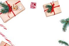 Julbakgrund med gåvaaskar, sörjer kottar, gran förgrena sig a royaltyfria foton