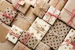 Julbakgrund med gåvaaskar som slås in i brun lägenhet för kraft papper, lägger arkivfoto