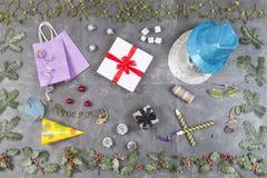 Julbakgrund med gåvaasken, mistel, järnek och det röda bäret, feriegarneringar kritiserar på bästa sikt Royaltyfri Fotografi