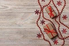 Julbakgrund med gåvaasken och garneringar royaltyfri fotografi