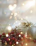 Julbakgrund med gåvan och garneringar och bokehljus Royaltyfria Bilder