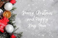 Julbakgrund med gåvor och tillbehör, den bästa sikten, lägenhet lägger royaltyfria foton