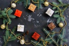 Julbakgrund med gåvor, pärlor och granfilialer, konkret bakgrund för svart Top beskådar Lekmanna- lägenhet, kopieringsutrymme royaltyfria bilder
