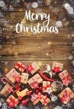 Julbakgrund med garneringar och gåvaaskar Arkivbild