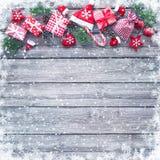 Julbakgrund med garneringar och gåvaaskar royaltyfria bilder