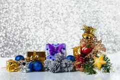 Julbakgrund med garneringar och gåvaaskar på ett skinande Arkivfoton