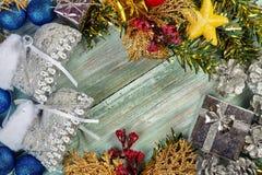 Julbakgrund med garneringar och gåvaaskar på träb Royaltyfri Bild