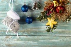 Julbakgrund med garneringar och gåvaaskar på träb Fotografering för Bildbyråer