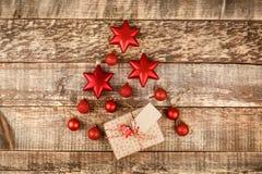 Julbakgrund med garneringar och gåvaaskar på träbräde royaltyfri bild