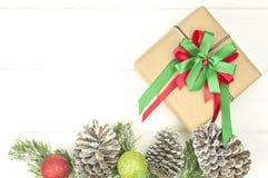 Julbakgrund med garneringar och gåvaasken Royaltyfri Foto