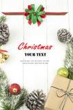 Julbakgrund med garneringar och gåvaasken Royaltyfria Bilder