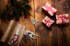 Julbakgrund med garneringar och handgjorda gåvaaskar på royaltyfri fotografi
