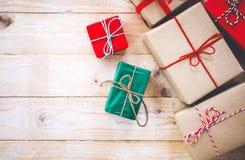 Julbakgrund med garneringar och handgjorda gåvaaskar på det vita träbrädet Royaltyfri Bild