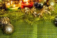 Julbakgrund med garneringar och leksaker Jul glitter, vinterkottar och silverpärlor Guld- och citronrichfärg arkivfoto