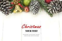 Julbakgrund med garneringar på det vita träbrädet Royaltyfri Bild
