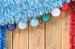 Julbakgrund med garneringar på träbräde med kopieringsutrymme för text Tema för nytt år för vykort spelrum med lampa royaltyfri foto