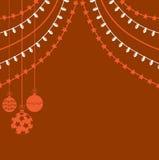 Julbakgrund med girlander och den dekorativa bollen Arkivfoto