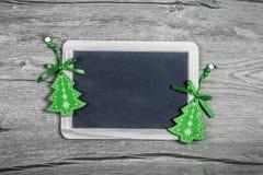 Julbakgrund med gröna billiga prydnadssaker, textutrymme Arkivbilder