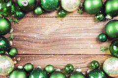 Julbakgrund med gröna garneringar arkivbilder