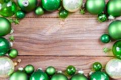 Julbakgrund med gröna garneringar royaltyfri bild