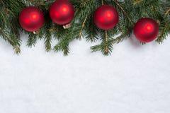 Julbakgrund med gran förgrena sig, bollar och snö Royaltyfri Bild