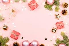 Julbakgrund med gran förgrena sig, ljus, röda giftboxes, rosa garneringar, varm drink med marshmallower på rosa färger royaltyfri fotografi