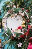 Julbakgrund med gran förgrena sig, struntsaker, stearinljus, snögubben, ängelvingar Vertikalt foto Royaltyfri Foto