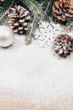 Julbakgrund med gran och pinecones Arkivbilder
