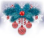 Julbakgrund med granfilialer, glass bollar och söt ca Arkivbilder